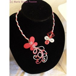 Collier en fil alu papillon rouge