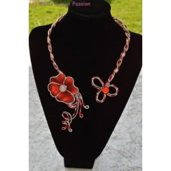Collier fil alu fleur en résine rouge