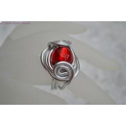 Bague en fil alu perle en verre rouge