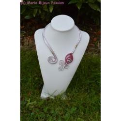 Collier en fil alu avec feuille rose